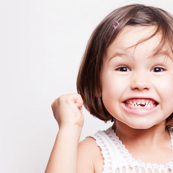 une petite fille en consultation orthodontiste